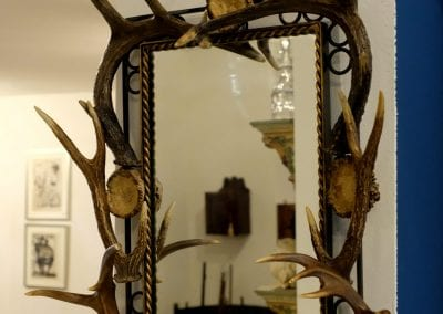 Vintage spiegel met hertengewei