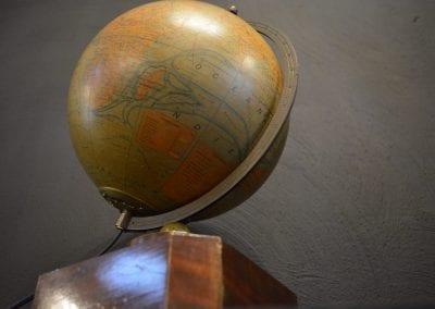 Art Deco aardse verlicht bol van de maker Jacques Adnet